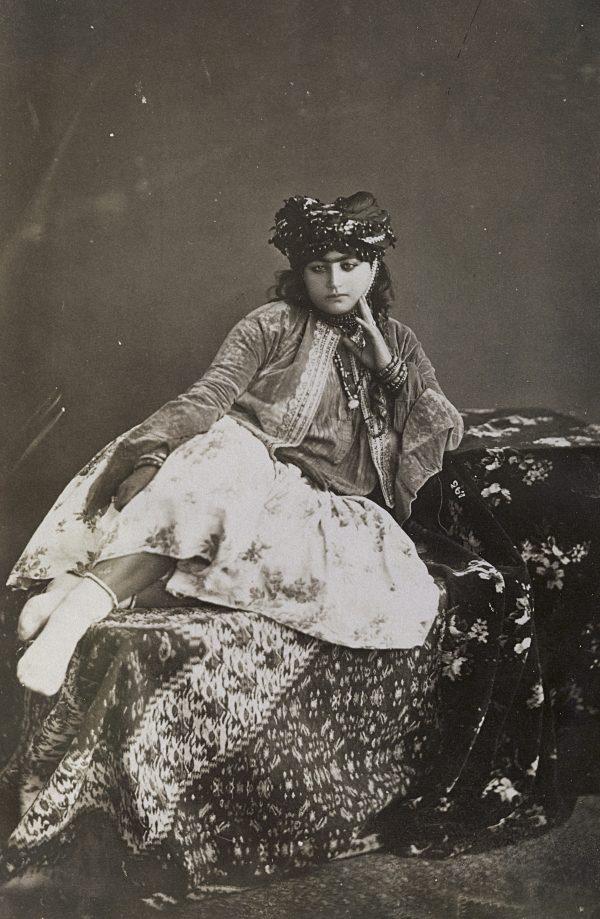 Textile Eleganz in Teheran um 1900